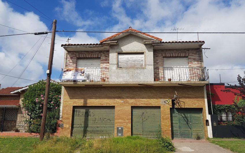 Casa + locales en barrio Juramento
